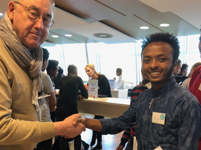 Coen Verdaat van VMG Fietshuis maakt een afspraak met Tsegay Tekle Weldegebreal, afkomstig uit Eritrea.